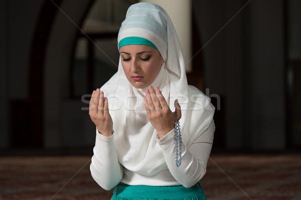 Humble musulmans prière femme jeunes prière Photo stock © Jasminko