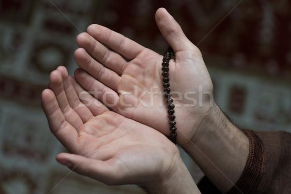 Mani rosario primo piano maschio pregando Foto d'archivio © Jasminko