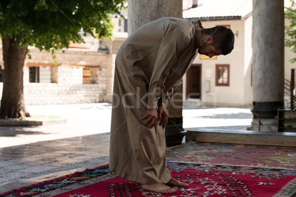 Muçulmano homem oração mesquita jovem Foto stock © Jasminko
