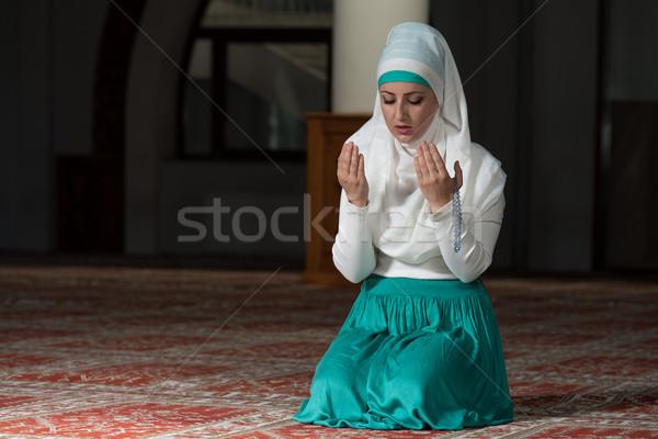 Muszlim nő imádkozik mecset fiatal lány Stock fotó © Jasminko