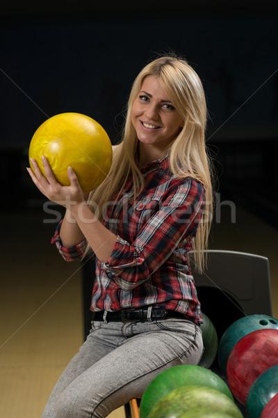 Frauen halten Bowlingkugel Spaß weiblichen lächelnd Stock foto © Jasminko