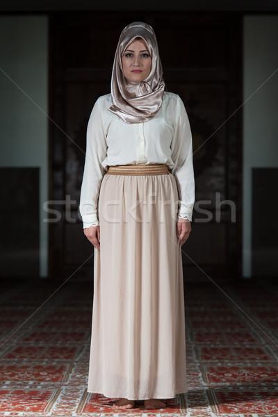 Portret jonge moslim vrouw bidden moskee Stockfoto © Jasminko