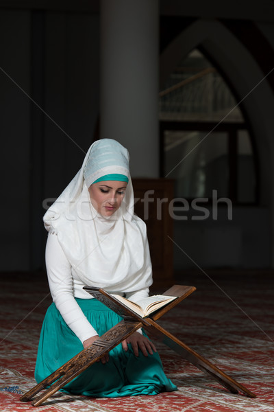 Muçulmano mulher leitura livro Foto stock © Jasminko