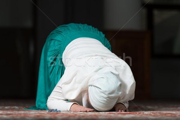 Muslim donna pregando moschea giovani mani Foto d'archivio © Jasminko