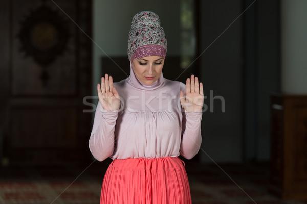Muszlim nő imádkozik mecset fiatal kezek Stock fotó © Jasminko