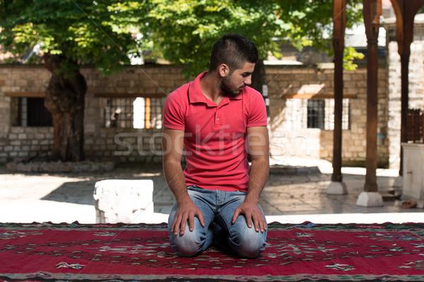 Erleuchtung muslim Mann beten Moschee Freien Stock foto © Jasminko