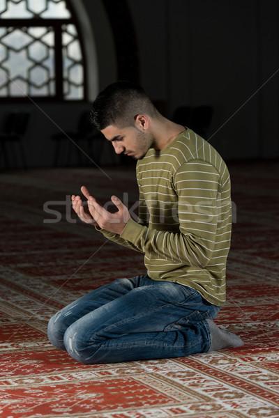 Megvilágosodás muszlim férfi imádkozik mecset szem Stock fotó © Jasminko