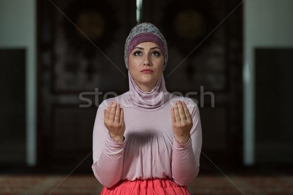 Giovani muslim donna pregando moschea mani Foto d'archivio © Jasminko