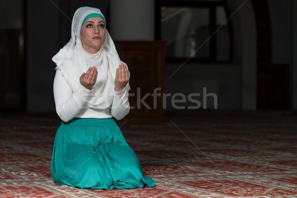 Stok fotoğraf: Genç · Müslüman · kadın · dua · eden · cami · kız