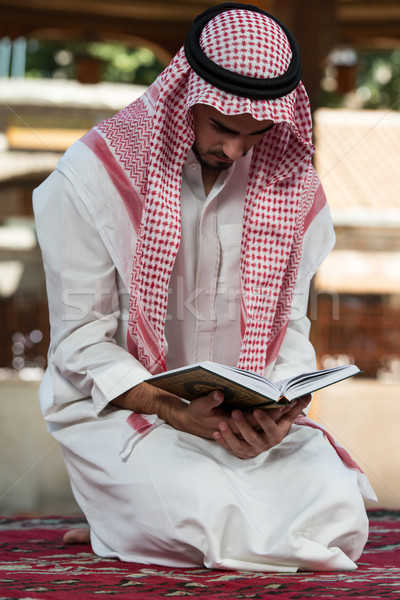 Musulmans homme prière mosquée jeunes Photo stock © Jasminko
