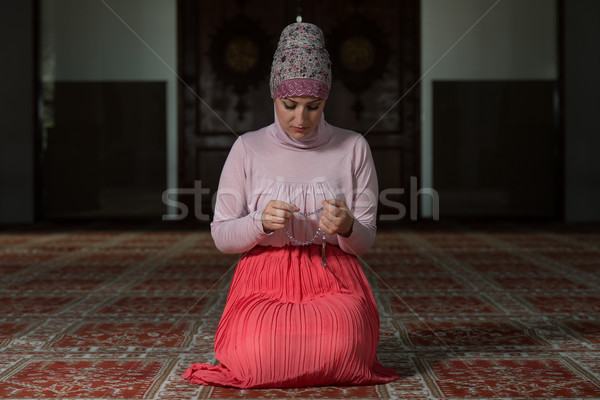 Kadın dua cami genç Müslüman dua eden Stok fotoğraf © Jasminko