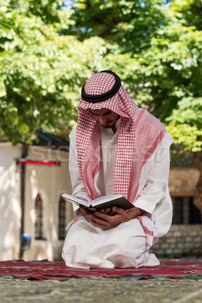 Muszlim férfi olvas fiatal készít hagyományos Stock fotó © Jasminko