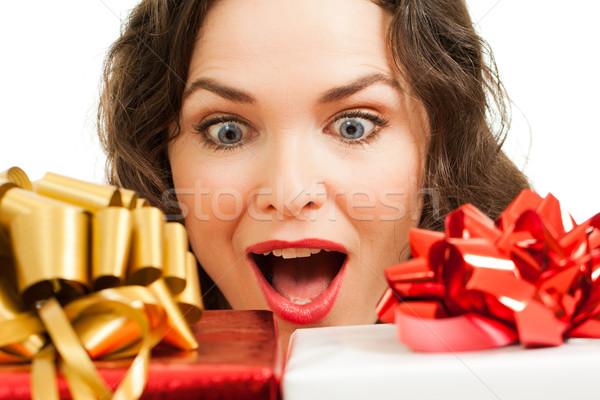 Piękna zdziwiony kobieta patrząc christmas prezenty Zdjęcia stock © jaykayl