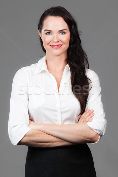 Portret szczęśliwy business woman młodych broni fałdowy Zdjęcia stock © jaykayl