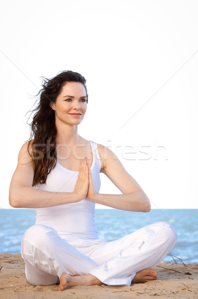 Piękna dopasować młoda kobieta zdrowych plaży Zdjęcia stock © jaykayl