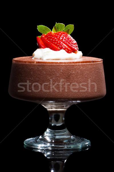 Chocolademousse dessert aardbeien room geïsoleerd zwarte Stockfoto © jaykayl