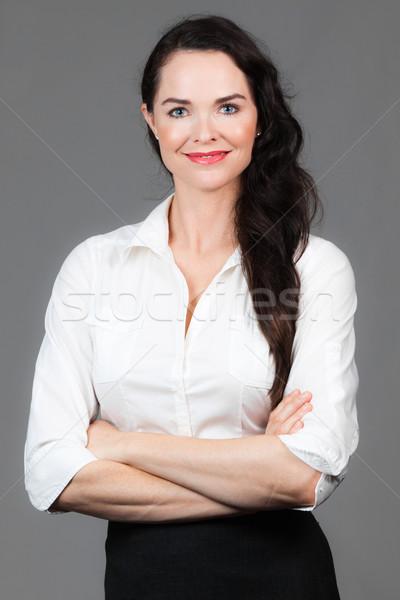 портрет красивой деловой женщины молодые оружия сложенный Сток-фото © jaykayl