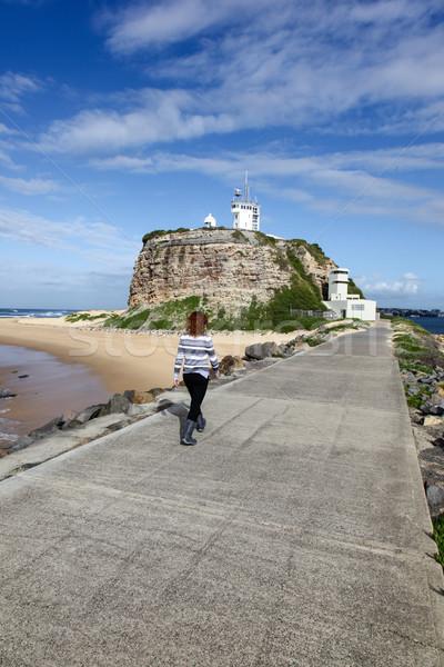 Faro newcastle mujer caminando cabeza puerto Foto stock © jeayesy