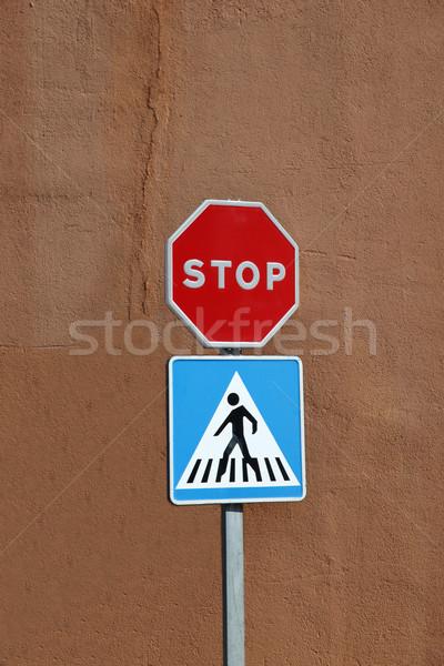 Stoptábla gyalogos felirat barna bőr háttér városi Stock fotó © jeayesy