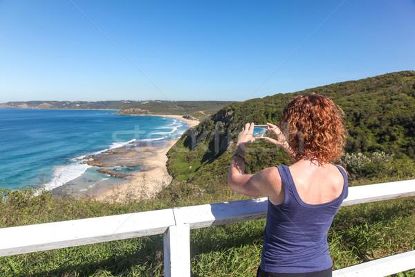 Turista elvesz fotó tengerpart Newcastle Ausztrália Stock fotó © jeayesy