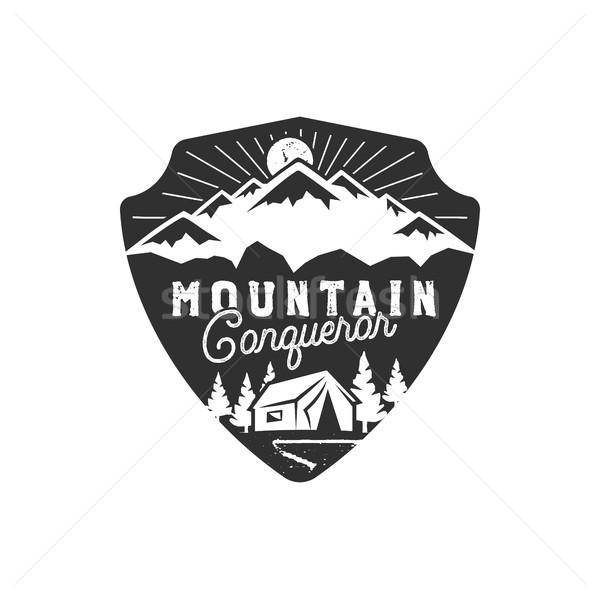 Ao ar livre distintivo montanha conquistador emblema Foto stock © JeksonGraphics
