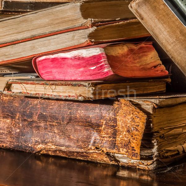 Oude boeken boekenplank liggen rommelig Stockfoto © JFJacobsz