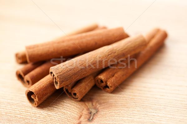 Canela em pau mesa de madeira sobremesa cozinhar perfume prato Foto stock © jirkaejc