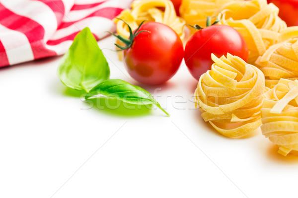 Italiaans pasta tagliatelle tomaten basilicum bladeren Stockfoto © jirkaejc