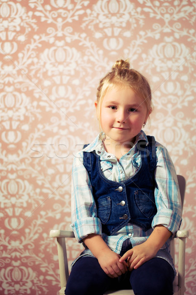 Stock fotó: Kislány · ül · szék · retro · szemek · haj