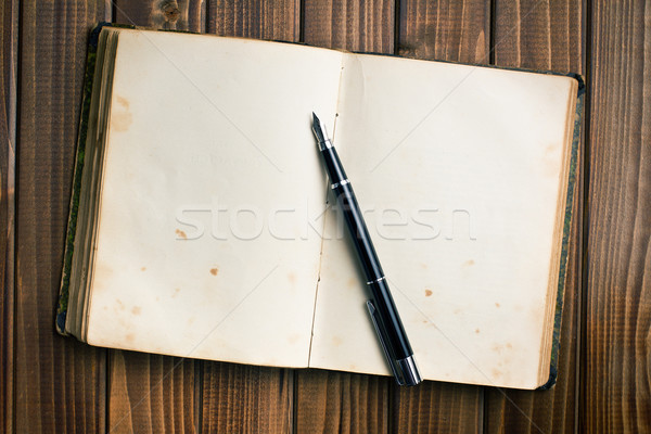 открытой книгой авторучка Top мнение старые деревянный стол Сток-фото © jirkaejc