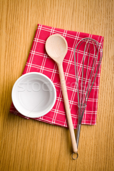 Foto stock: Alambre · batidor · cuchara · de · madera · cerámica · tazón · mesa · de · cocina