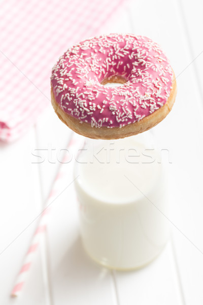 Rózsaszín fánk tej konyhaasztal üveg csokoládé Stock fotó © jirkaejc