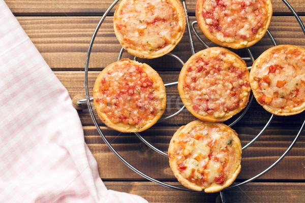 Foto stock: Mini · pizza · topo · ver · mesa · de · madeira · pão