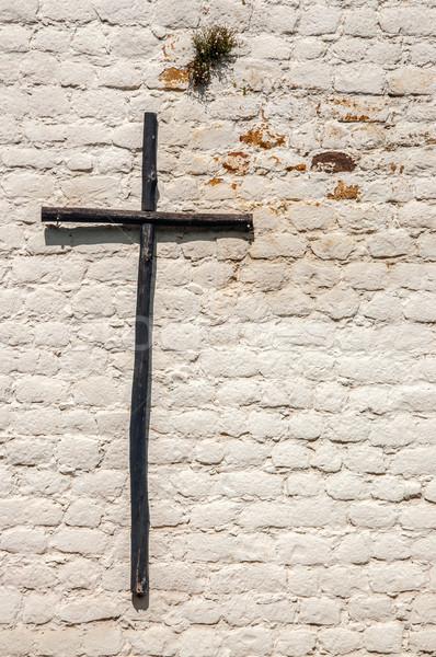 Rustykalny krzyż biały murem drewna Zdjęcia stock © jkraft5