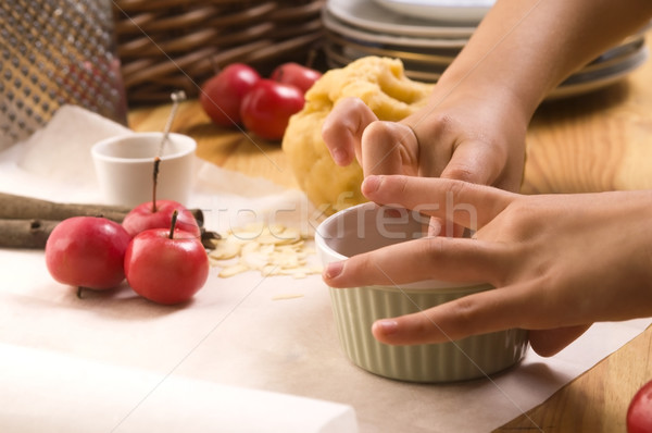 Detalle nino manos pastel de manzana nina Foto stock © joannawnuk