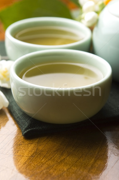 Chá verde copo bule mesa de madeira folha jardim Foto stock © joannawnuk