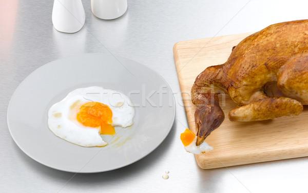 Faminto torrado frango alimentação ovo imagem Foto stock © JohnKasawa