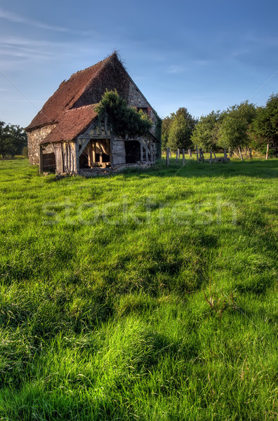 Oude huis zomer normandië traditioneel vers groen gras Stockfoto © johny007pan