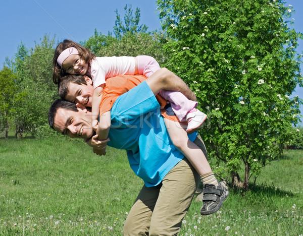 Ojciec dzieci szczęśliwą rodzinę gry odkryty dziewczyna Zdjęcia stock © joseph73