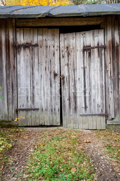 Edad granero puerta casa Foto stock © Juhku