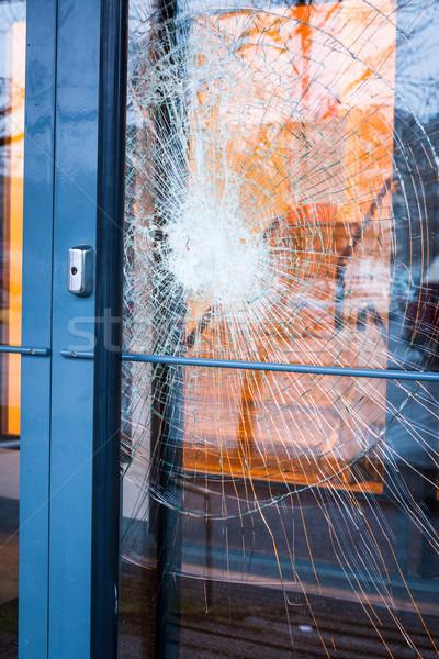 Verre brisé porte d'entrée à l'extérieur maison maison porte Photo stock © Juhku