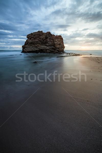 Grande rock playa puesta de sol la exposición a largo Foto stock © Juhku