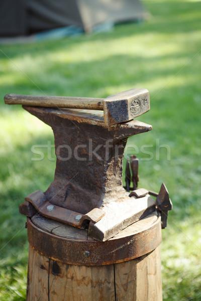 Elnyűtt vasaló üllő kalapács kint fa Stock fotó © Juhku