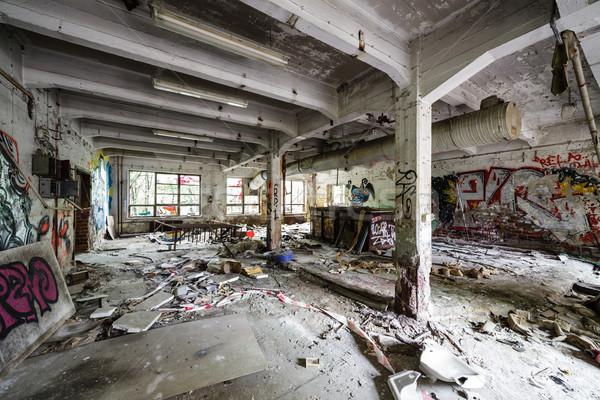 Niechlujny opuszczony fabryki pokój widoku ściany Zdjęcia stock © Juhku