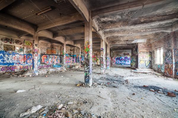 Eski terkedilmiş fabrika salon duvar yazısı Bina Stok fotoğraf © Juhku