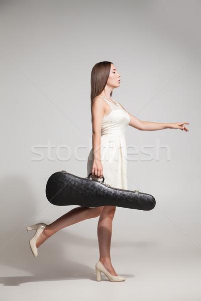 Morena vestido branco violino caso vista lateral feminino Foto stock © julenochek