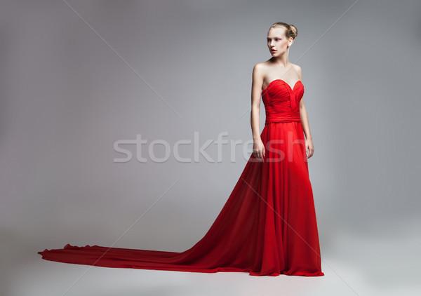Modelo posando vestido vermelho saia jovem Foto stock © julenochek