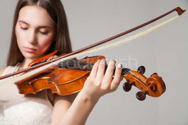 Közelkép nő játszik hegedű íj gyönyörű Stock fotó © julenochek