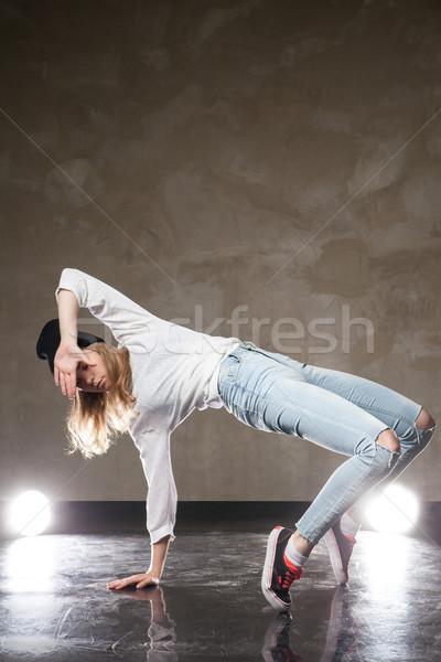 Mulher jovem dança estúdio retrato rua Foto stock © julenochek