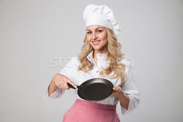 Portré mosolyog szakács tart serpenyő gyönyörű Stock fotó © julenochek